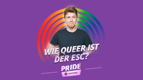 """Host Kai vor lilanem Hintergrund und der Aufschrift """"Wie queer ist der ESC?"""""""