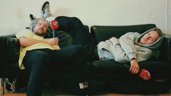 Felix Kummer und Steffen Israel haben sich für die neue Folge von Radio mit K mit ihren Mikros auf der Couch verschanzt.