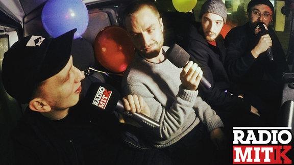 Steffen, Felix, Casper und Maxim fahren Taxi in Berlin.