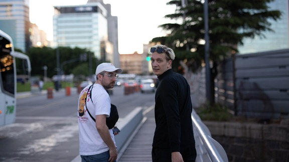 Felix Brumme und Steffen Israel von hinten fotografiert auf einer Straße