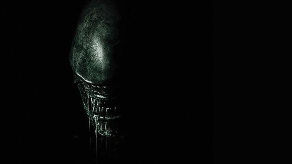 Aliengesicht kommt aus der Dunkelheit