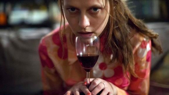 Clare Havel (Teresa Palmer) umklammert ein Weinglas (Filmszene)