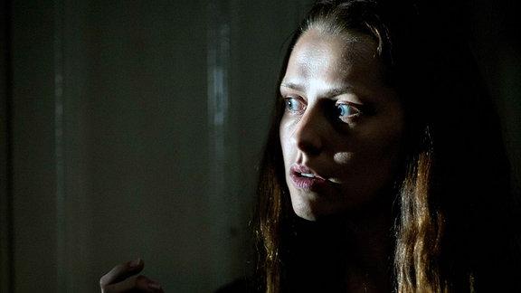 Clare Havel (Teresa Palmer) hat Angst im Blick. (Filmszene)