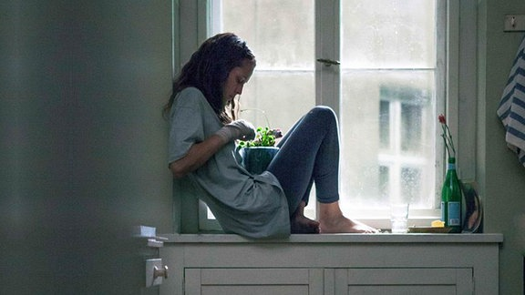 Clare Havel (Teresa Palmer) sitzt auf dem Fensterbrett von Andis Küche (Filmszene)