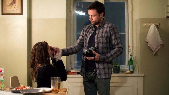 Andi (Max Riemelt) berührt Clare an der Wange.  (Filmszene)