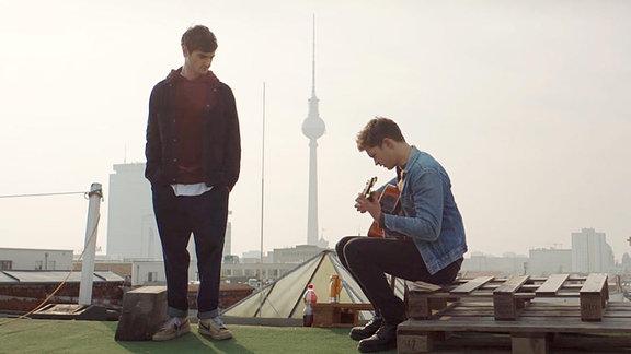 """Aaron Hilmer als Cyril (li.) und Damian Hardung als Rick in """"Das schönste Mädchen der Welt"""", im Hintergrund der Berliner Fernsehturm."""