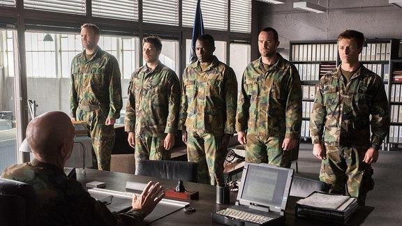 """Filmszene aus """"Renegades - Mission of Honour"""", 5 Navy Seals sthen vor ihrem Vorgesetzten"""