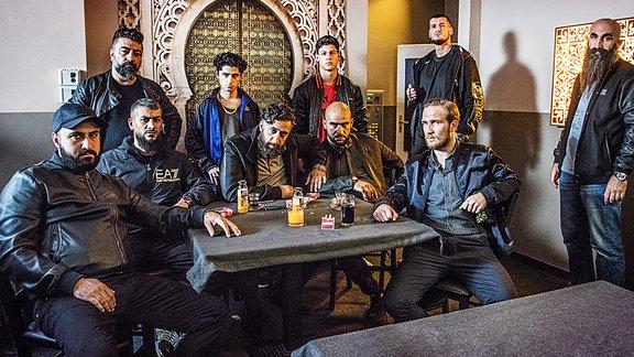 """Arabische Großfamilie in Berlin-Neukölln, mit Frederick Lau (rechts sitzend)   Szene aus der Serie """"4 Blocks"""""""