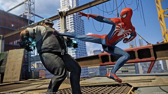 Spider-Man streckt einen Gegner durch einen Tritt nieder, Screenshot aus dem Game Spider-Man