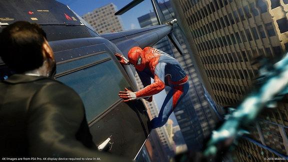 """Spider-Man """"klebt"""" an einem fliegenden Hubschrauber, Screenshot aus dem Marvel-Game Spider-Man"""