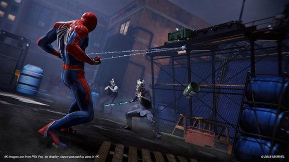 Spider-Man im Kampf gegen zwei maskierte Gegner, Nachtszene, Screenshot aus dem Marvel-Game Spider-Man