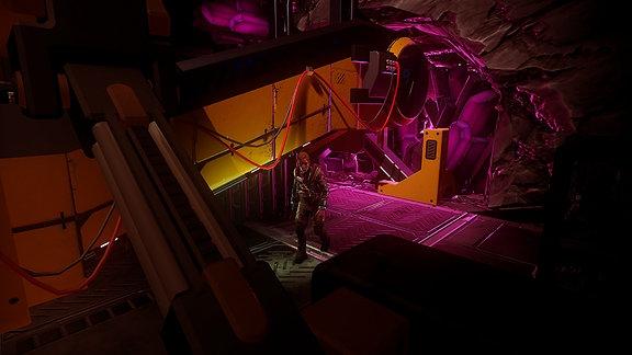 """Game """"The Persistence"""", Sequence aus dem Game, eine menschliche Figur läuft durch einen """"Maschinenraum"""""""