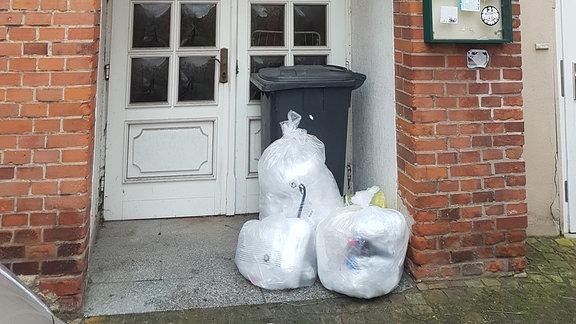 Müllsäcke und Mülltonne vor einer Haustür in Gardelegen