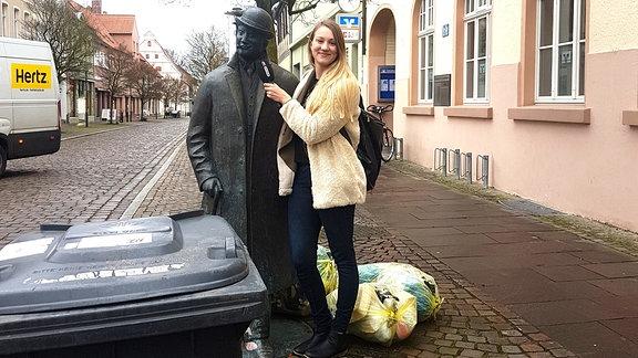 SPUTNIKerin Laura an der Statue von Otto Reutter in Gardelegen