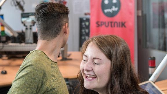 """Lukas und Lil Tiff stehen im SPUTNIK Sendestudio während ihrer Sendung """"SPUTNIK Gönnt Euch"""""""