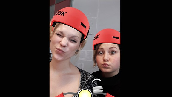 Vanessa und Tiffany mit virtuellem Helm