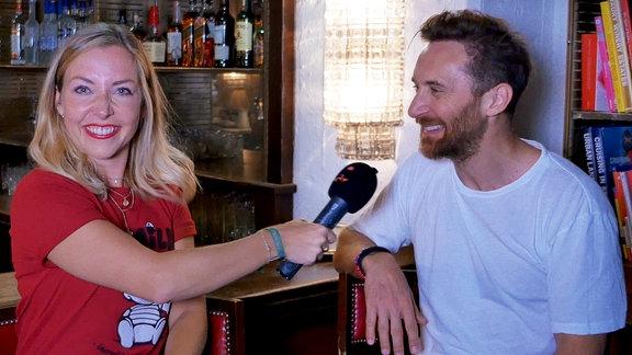 """David Guetta stellt sich Sissys """"Illegalen Fragen"""""""