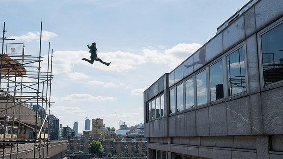 Tom Cruise springt von einem Baugerüst zu einer Hausfassade - Entfernung mind. 6 Meter