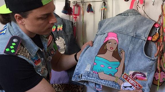 Offiziell hat er keinen Shop für seine Klamotten, bekommt aber immer wieder viele Anfragen – meist von Frauen, die seine Westen kaufen wollen.