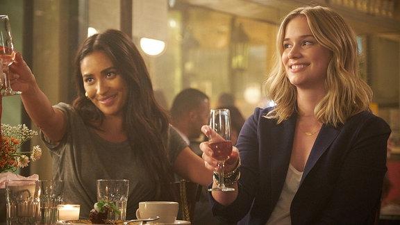 """Szene aus der Netflixserie """"You - du wirst mich lieben"""", v.l. Shay Mitchell als Peach Salinger und Elizabeth Lail als Guinevere Beck"""