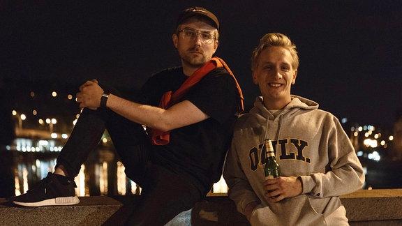 Radio mit K -Juniausgabe, Nacht aufnahme -Steffen und Felix stehen an einem Brückengeländer eines Flusses