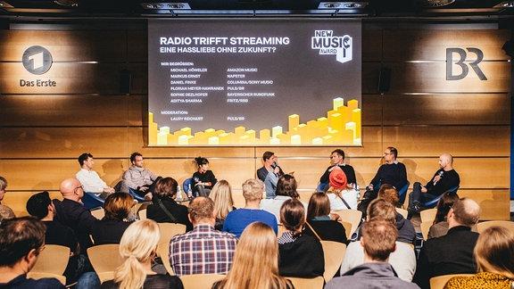 Radio trifft Streaming - Podiumsdiskussion, blick vom Publikum zum Podium