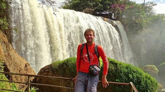 Rico vor tropischer Kulisse mit Wasserfall in Đà Lạt, Vietnam/ Südostasien