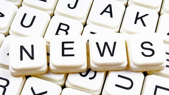 """Das Wort """"NEWS"""" in Scrabble-Buchstaben"""