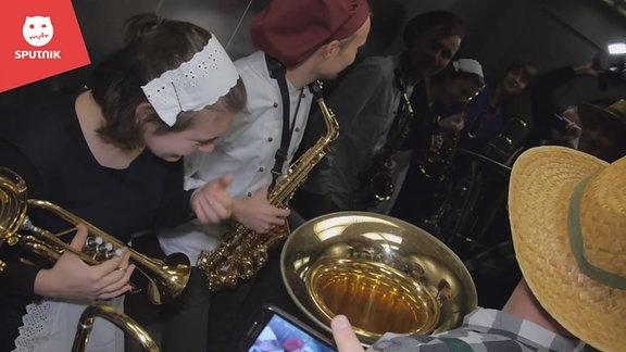 Der SPUTNIKer am Morgen Wake Up Prank mit eine Leipziger Brass Band