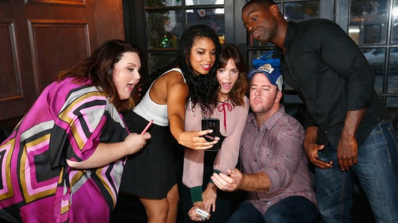 """This is US"" (NBC-Serie, die Schauspieler Chrissy Metz, Susan Kelechi Watson, Mandy Moore, Chris Sullivan, and Sterling K. Brown machen ein Selfie, v.l.)"