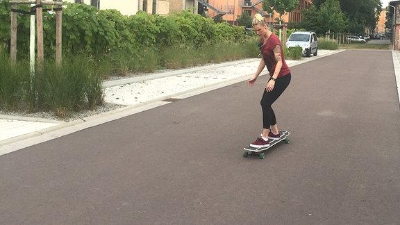 Vanessa fährt Longboard