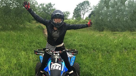 Vanessa, happy auf dem Quad nach erfolgreich durchfahrener Motocross-Strecke in Gröbers.