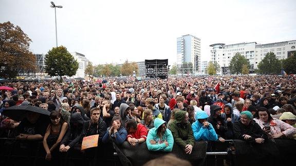 Menschen vor der #wirsindmehr-Bühne in Chemnitz vor dem Konzert