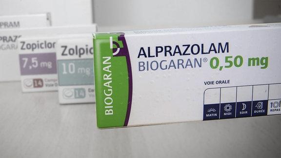 Alprazolam, auch Xanax genannt, das Mittel bekämpft kurzzeitig Angst- und Panikzustände. Als Nebenwirkungen treten häufig Reaktionsverminderungen, Schwindel, Verwirrtheit, Taubheitsgefühle, Muskelschwäche und Sehstörungen auf.