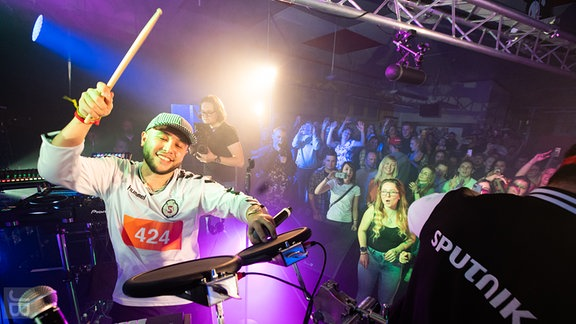 Jax Jones an den Drums.