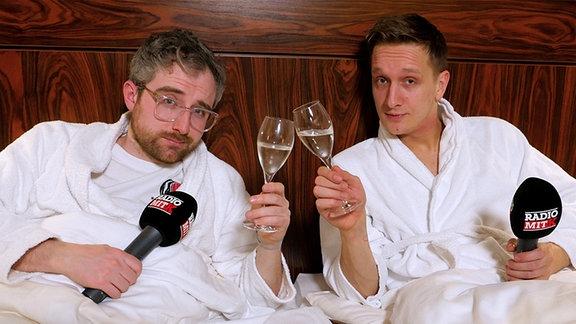 Steffen und Felix von Kraftklub genießen den Luxus im Hotel