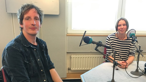 Musikproduzent Christian Löffler im Studio mit SPUTNIK-Moderatorin Anna