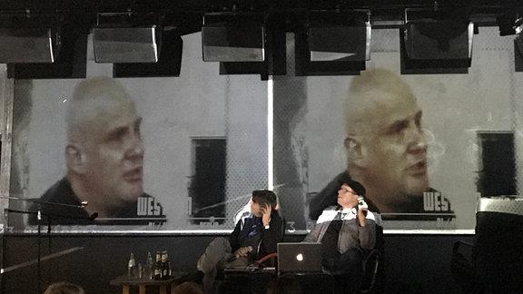 """Christian Arndt (rechts) liest aus """"Electronic Germany"""" auf der Leipziger Buchmesse."""