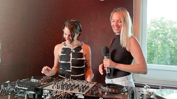 Für die neue Folge Clubperlen trifft Kathi das Kollektiv Women Of Techno, eine reine DJ-Mädels-Crew. Sie alle erzählen, was sie am Landleben schätzen.