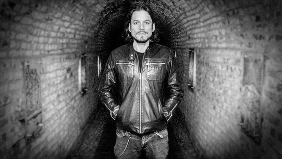 Ein Schwarzweiß-Foto des DJs Roman Böer alias Tocadisco.
