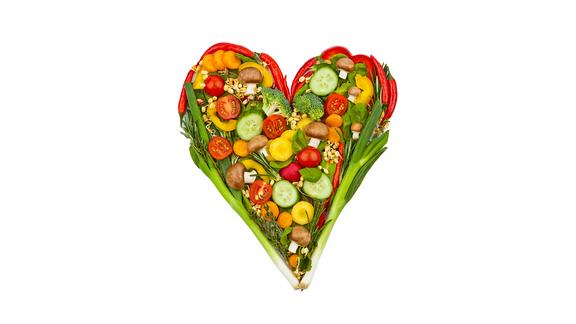 Ein Herz aus buntem Gemüse auf weißem Hintergrund