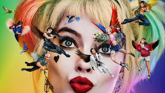 Großaufnahme von Harley Quinns Gesicht vor buntem Hintergrund. Im Vordergrund umschwirren verschiedene Figuren das Gesicht von Harley Quinn.