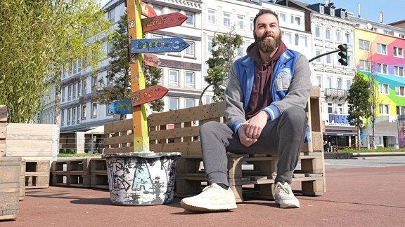 Dominik Bloh auf dem Spielbudenplatz an der Reeperbahn in Hamburg.