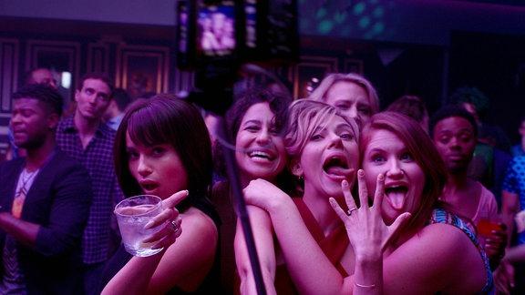 Jess (Scarlett Johansson) und ihre Freundinnen auf einer sehr wilden Party.