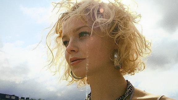 Millie Turner ist eine Pop-Musikerin aus London.