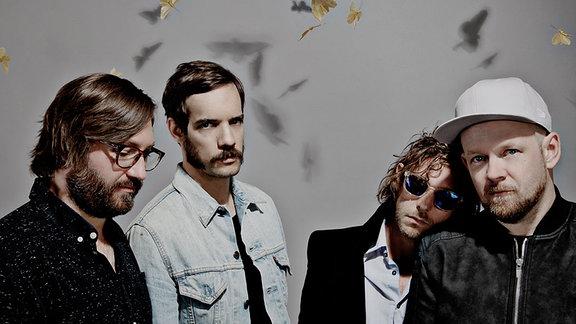 Die vier Musiker der Band Pictures (alle sind Bartträger) sehen ernst und entspannt in die Kamera.