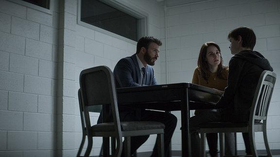 """Avenger-Star Chris Evans spielt in in der Apple TV+-Serie """"Verschwiegen"""" den Rechtsanwalt Andy Barber. Als sein minderjähriger Sohn Jacob (Jaeden Martell) des Mordes an einem Mitschüler beschuldigt wird, kämpft Andy darum, dessen Unschuld zu beweisen."""