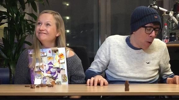 Die SPUTNIKer Kathrin und Raimund wetten, wer schneller einen Adventskalender leer essen kann.