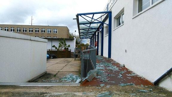 Zerbrochenes Glas von einem Vordach. Fotografiert von Andreas aus Magdeburg.