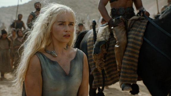 Daenerys Tagaryen umringt von Reitern